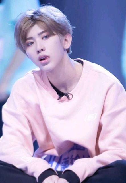 虽然坤坤在舞台上看起来很成熟,台风很好,但是他真的是个小孩子而已.