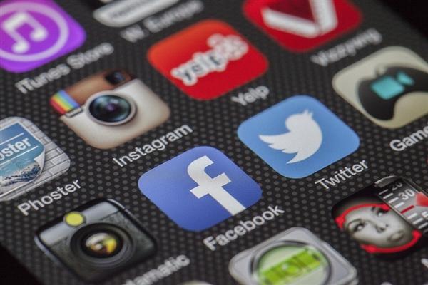 Facebook负面不断 扎克伯格身价一天蒸发380亿元