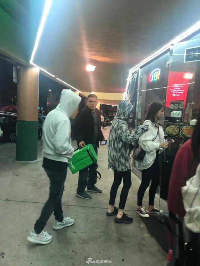 王思聪与两美女同游洛杉矶被偶遇,用帽衫遮头,还是被认出