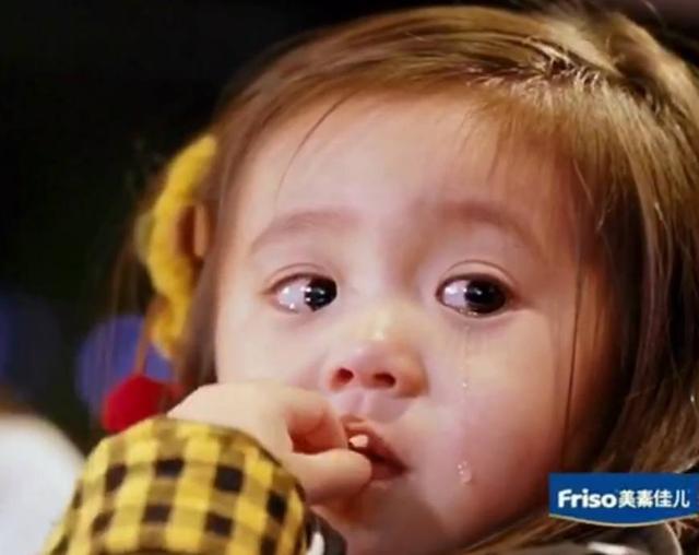 想想贾静雯平常带两个小孩也是累,开播就遭遇咘咘和bo妞大哭,这让不少