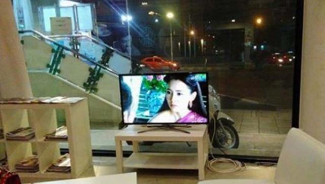 泰剧《天生一对》引当地追剧潮,个个在煲剧曼谷街头行人锐减