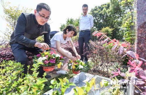5日,在福州皇天华人陵园,移风易俗文明祭扫标语随处可见,许多市民手捧鲜花,绿色祭扫成清明新风尚。