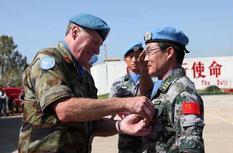"""中国赴黎维和官兵荣获联合国""""和平荣誉勋章"""""""