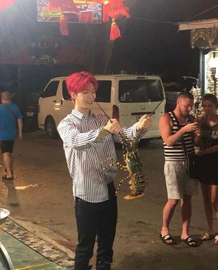 网友在泰国偶遇范丞丞抓龙虾尽显呆萌气质,一头红发很亮眼