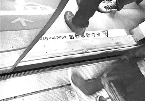 进地铁车厢时 福州一男子千元耳机掉轨道