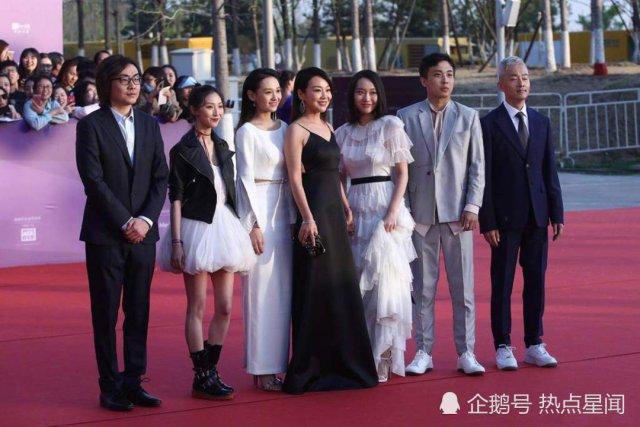 闫妮亮相北京国际电影节,母女首次同台像极了姐妹