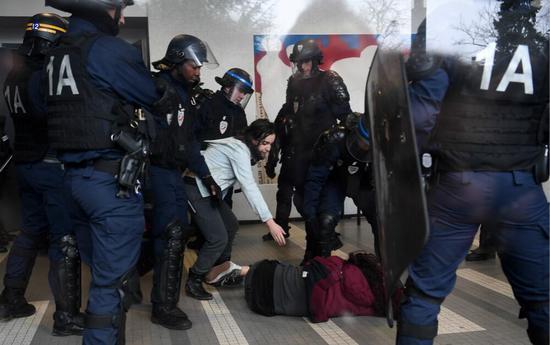 法学生抗议浪潮持续高教部长称保证考试如期进行