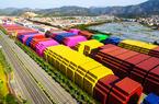 福建漳州港:多彩集装箱形成钢铁风景线