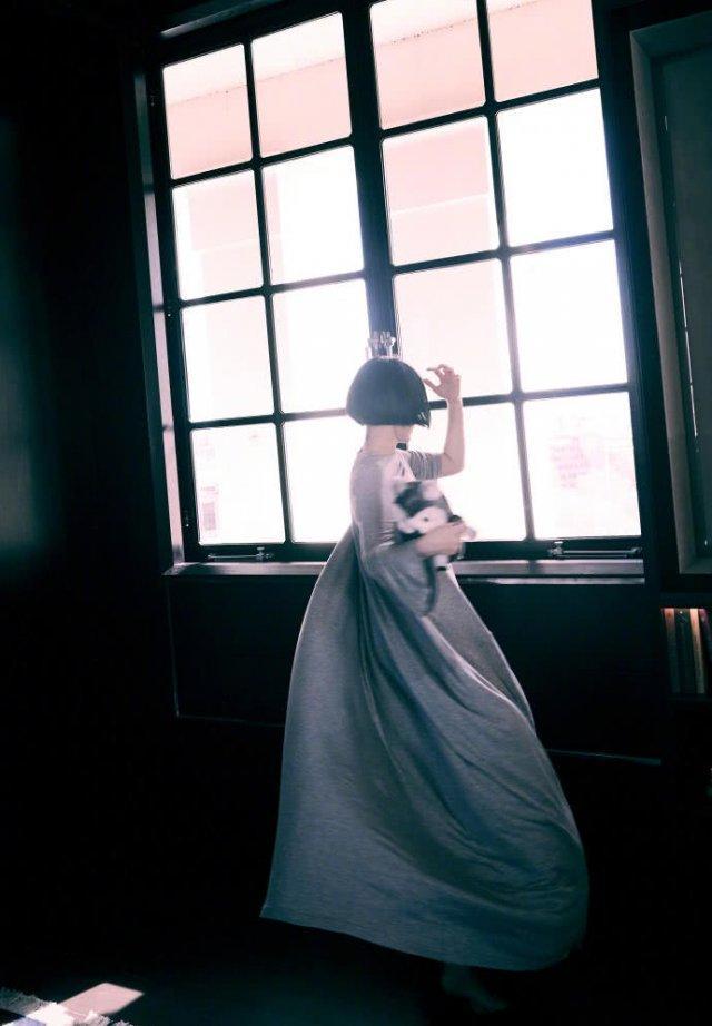许晴赤脚醉舞画面唯美 近日发微博状态就是一枚玩嗨了的小妞