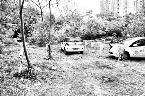 福州梅亭路六个共享汽车充电桩立在泥地里 居民担心存隐患