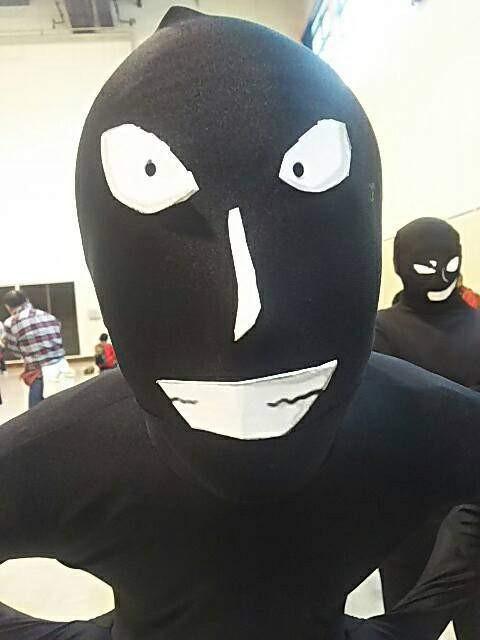 魔性表情 粉丝组团搞怪COS《名侦探柯南》小黑人