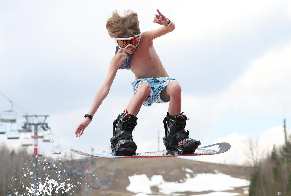 白俄罗斯举办创意滑雪大赛 选手赤裸上身参与比赛