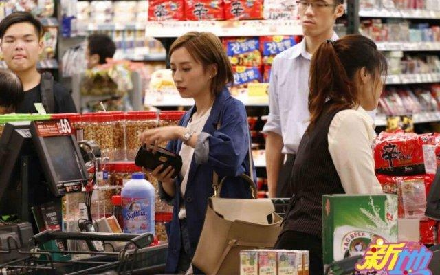 TVB小花龚嘉欣逛超市,无助理无粉丝独自排队,亲和力十足