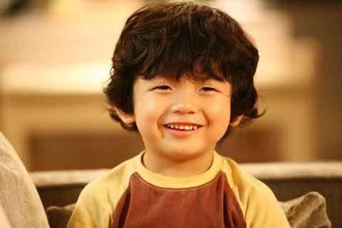 那个歪嘴笑的网红小男孩王锡玄长大了,却一点也不可爱