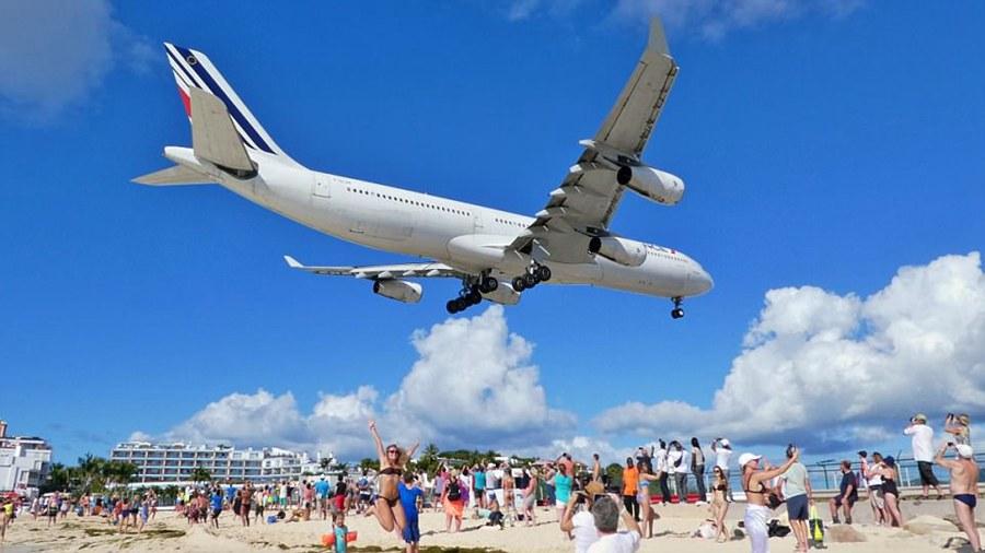 该机场因飞机起飞时与沙滩的距离极近而著称.