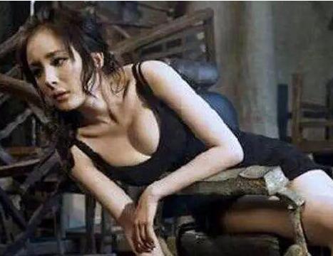 10年前杨幂还徘徊在2线,无奈拍了这种照片!胸真是大!