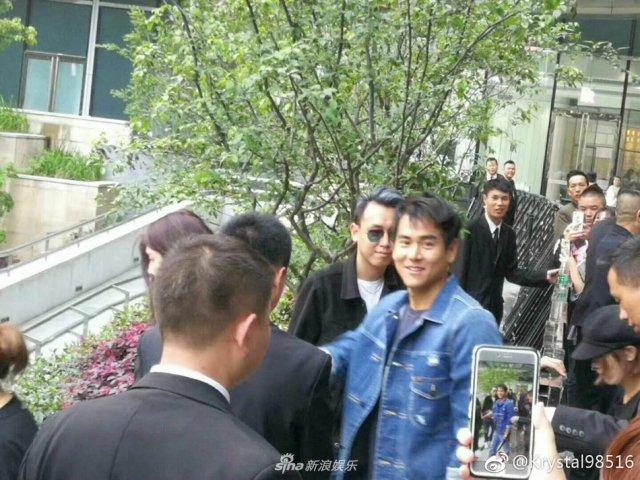 网友上海偶遇彭于晏 对镜微笑打招呼心情大好