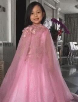 甜馨短发出镜身穿粉色公主裙 无奈又被键盘侠说丑了
