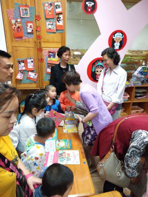 老师们也积极参加到图书义卖活动中