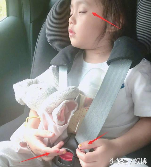 贾静雯修杰楷带咘咘出游 咘咘大眼睛超可爱网友直呼想偷孩子
