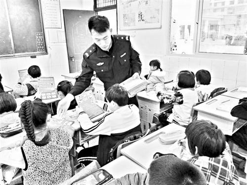 """莆田:勇擒毒贩协警获""""正能量""""奖"""
