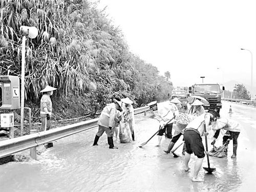 """福建交警:雨天驾车要""""降速、控距、亮尾"""""""