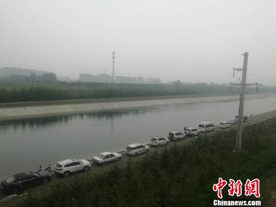 图为5月11日下午,郑州水上救援队打捞空姐遇害案嫌疑犯现场。 刘鹏 摄