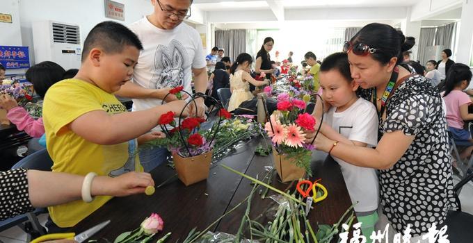福州:萌娃跟着福州园艺专家学插花 妈妈心头乐开花