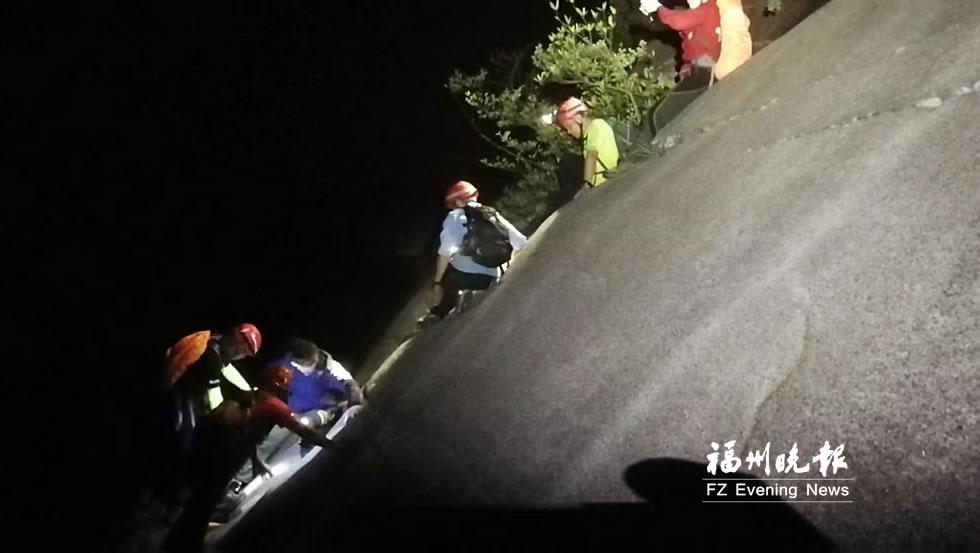 两男子被困马尾磨溪岩壁 母亲节两位妈妈攀绝壁救人