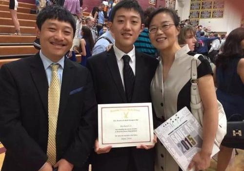 16岁华人学生美国高考获双满分家长:我也很惊讶