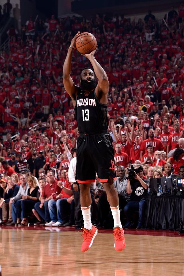 NBA-火箭主场战勇士 杜兰特背打CP3分