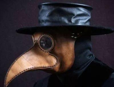 首先是他的面具,这种乌鸦面罩之 其原型相信是中世纪欧洲的一种医