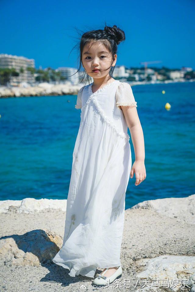 阿拉蕾身穿戛纳!亮相dior小白裙宛若公主,海边凹变异呆萌可爱造型狗电影图片