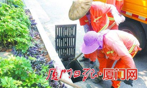 """增强雨季道路排水能力 厦门岛外公路开展防汛""""大清肠"""""""