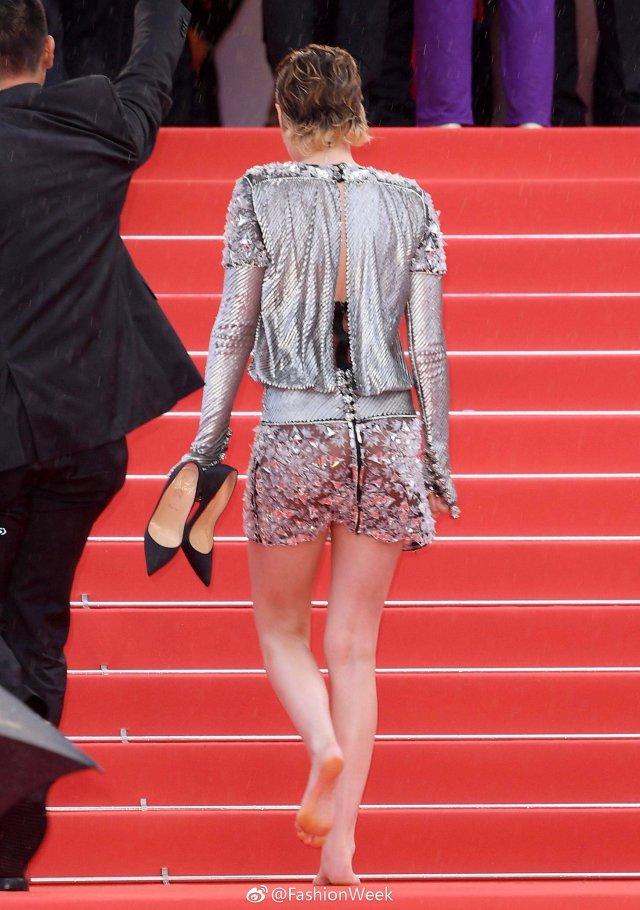 暮光女光脚走红毯 为什么不提早穿平底鞋