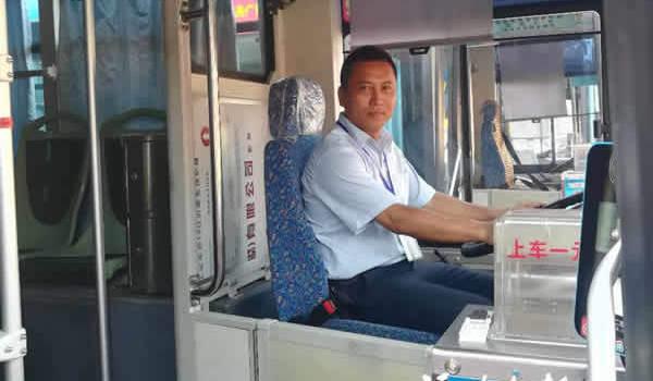 福州依姆在公交车上头晕腹泻 司机帮她解决内急问题