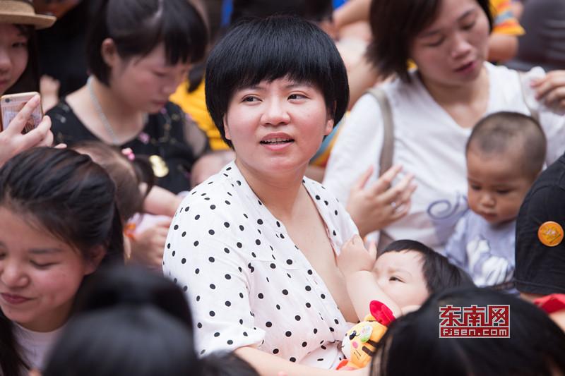 福州百位辣妈街头哺乳快闪 倡导母乳喂养
