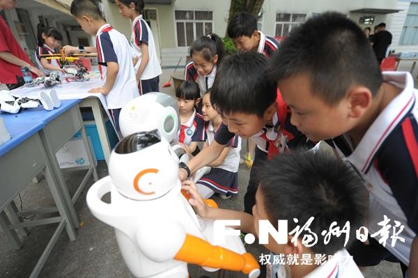 福州台江科技周主场活动举行 向小学生赠送科普图书