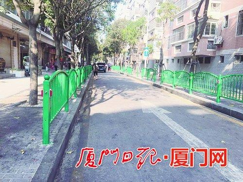 """厦门海沧沧元路海兴路一带街边摊贩""""霸道"""" 护栏说拆就拆"""