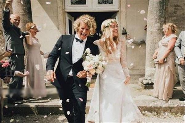 婚礼现场适合唱什么歌 新郎新娘情歌对唱版
