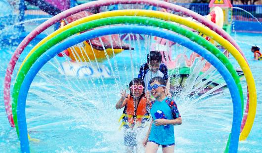 福州高温来袭 市民戏水享清凉