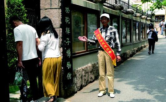 """77岁""""老青岛""""义务导游20年 如今成峰会志愿者"""