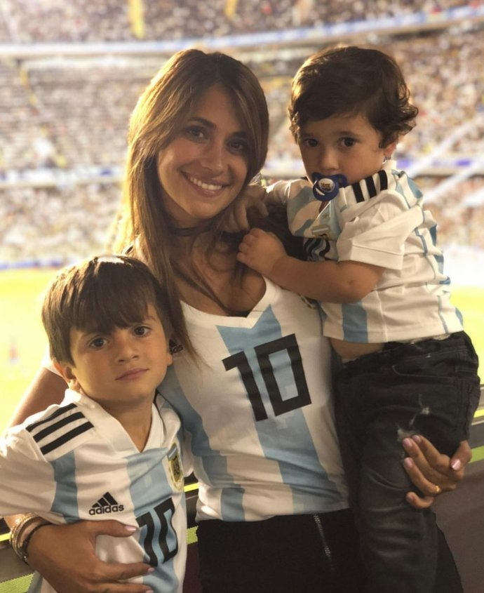 梅西俩萌儿子为阿根廷加油,老二穿着尿不湿,大眼睛和梅球王一毛一样!