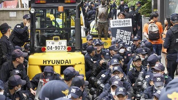 韩国釜山拟强撤日本领馆附近劳工像 挖掘机已到位