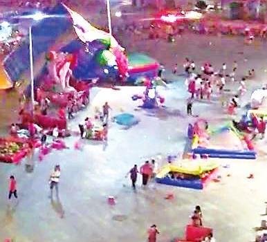 泉州一游乐场 大风掀翻充气城堡 6岁男童遇难