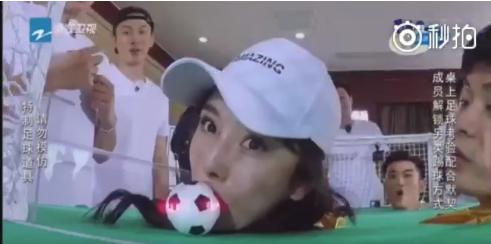 ca88亚洲城手机版下载_杨幂baby不顾形象用嘴吹球吸球 整个五官都在使劲超卖力
