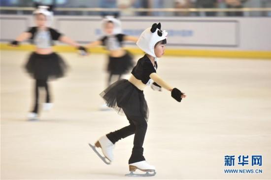 动物乐园功夫熊猫兔子跳 福州小朋友上演精彩滑冰节目