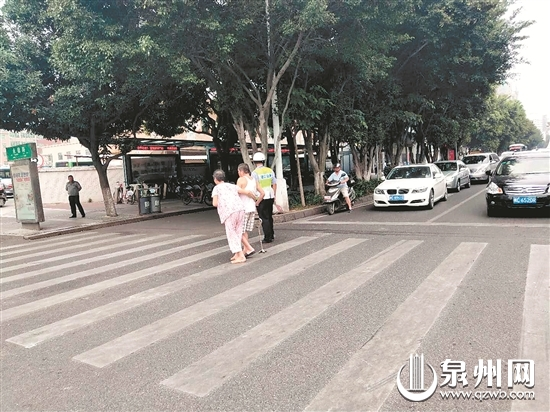 点赞!晋江青阳两老人过马路 十余辆车停下让行