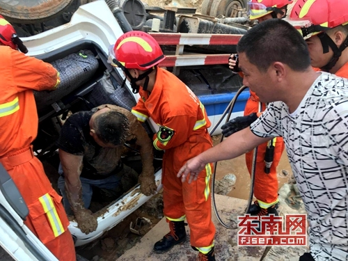 一个上午漳州2车辆侧翻 2名人员分别被困