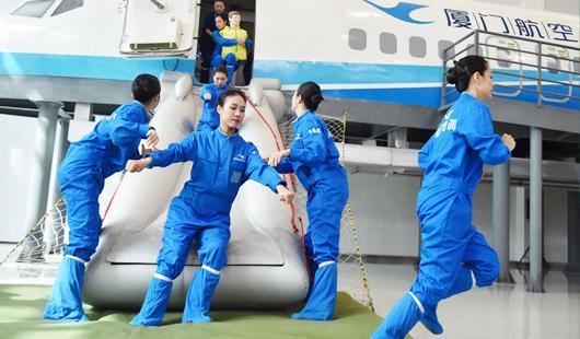 两岸职工技能展示在厦门举行 厦航台籍乘务员成焦点